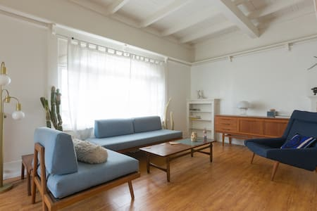 Central, sunny, airy bedroom, w/ private half bath, queen bed.  Comes with dedicated parking spot and laundry.  1 minute from the 10,  10 minutes from Downtown, 15 from Silverlake, Culver City. The house is designed in a mid-century decor with simple, tasteful and comfortable seating and dining throughout the house.