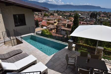 Exklusive Villa m.Traumblick + Pool - House
