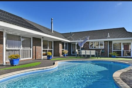 Close to the airport, bus and train - Auckland