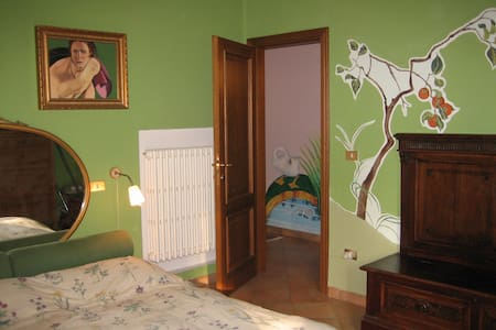 Spacious double room furnished and decorated by the landlady in shades of green with a cozy and original style. It has shared bathroom and air conditioned. The contest is cheerful and clean.