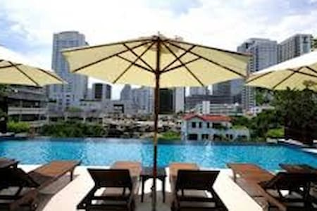 >Clean, modern 1-bed in possibly the best location in BKK - just 5 minutes walk to the MRT and BTS near Asoke >Located in a sub-road that is quiet but right near the action >Cleaning 2x/week >Great pool and gym >Nice views over Bangkok >Balcony