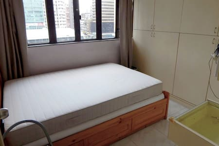 Spacious room for two 1 min fr MTR