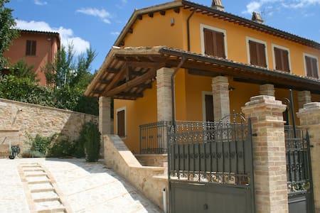Antico casale tra Foligno e Assisi