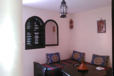 I m open mind like to share My own thing s and time wiht new  people.i have 2 simple confortable sleeping room. Whit terrace  .i live in very quiet place make feeling that you realy in morocco .