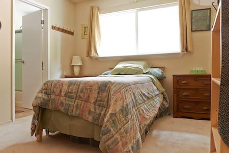 Quiet getaway to relax, work & play - Condominium