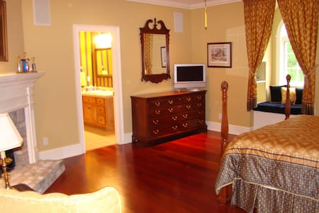 Queen Bed with private bath - Tupelo - Hus