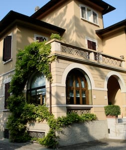 Beautiful room in art nouveau villa - Felino - Rumah