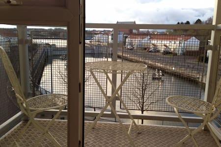 Quiet riverside retreat - Appartement