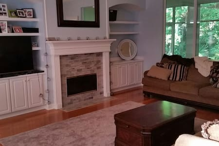Clean, comfy home near beach & golf