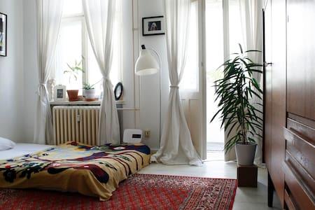 NICE ROOM WITH BALCONY IN NEUKÖLLN - Berlin - Apartment