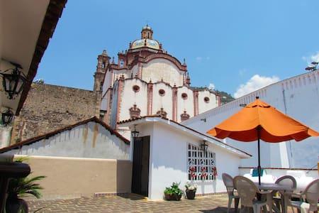 Downtown Taxco, 2 single beds - Rumah