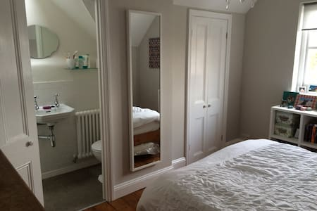 Double room with ensuite in London