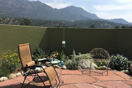 Mountain views and quiet courtyard - Σπίτι