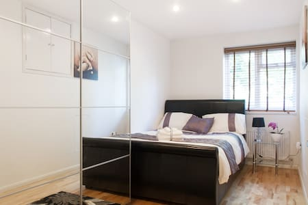 Contemporary townhouse located in a quiet cul-de-sac with easy reach of central London. 24hr transport links. Amenities include: en-suite double bedroom, wifi, shared living room with TV, shared kitchen, laundry room and private car park. Perfectly suitable for singles or couples!