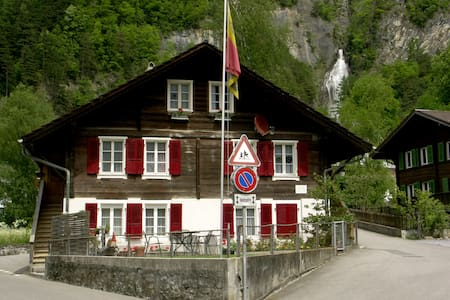The newly remodeled apartment is on the ground-floor of a comfortable chalet, right in the pretty town of Meiringen, home of the famous Reichenbach Falls and the Aare Gorge. Guests also have the use of the furnished patio. We hope to see you soon!