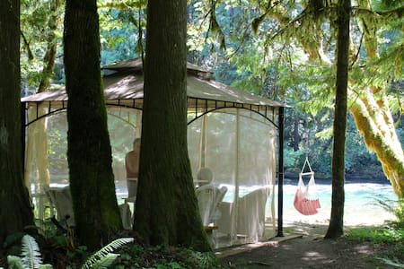 MCKENZIE RIVER GAZEBO - CLOSED FOR SEASON - McKenzie Bridge - 小屋
