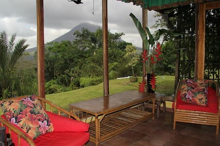 Peacefull and romantic, ideal place to enjoy nature, extraordinary views and privacy. Access to activities in the area; hiking, horseback riding, canopy , hanging bridges, etc.