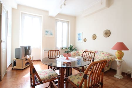 Typically French  2 bedroom apt - Apartamento