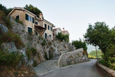 Delizioso nido tra collina e mare - Apartamento