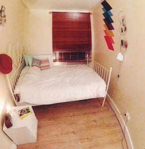 Cute little room in a typical south London flat. Access to the really bright living room, the kitchen (with an Italian cook if you are lucky!) and convenient and clean bathroom. 5 min walk from Borough tube station and 7min walk from London Bridge.