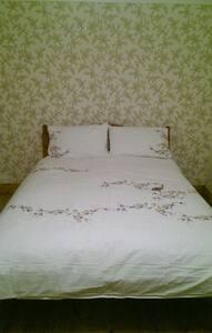 King size bed and en-suite Views - Pontypridd - House