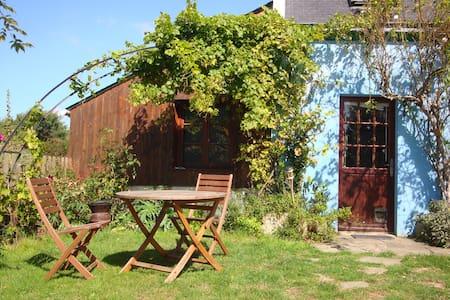 petit gîte calme dans jardin arboré - Hus
