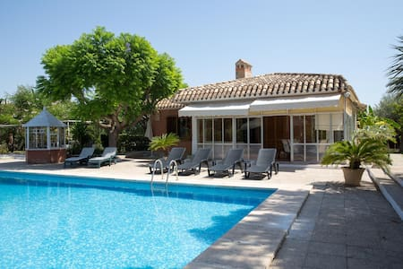 PRIVATE VILLA WITH SWIMMING POOL - Chalé