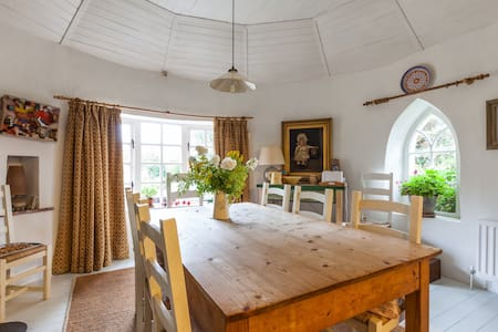 18th Century Gate Lodge at Oakley - Bed & Breakfast