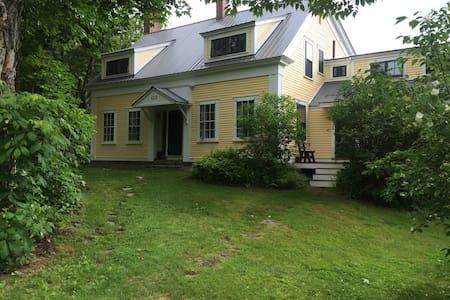1800's farm house, mountain view - Haus