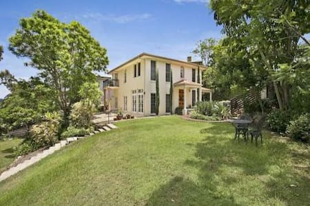 Family home in Kenmore - Talo