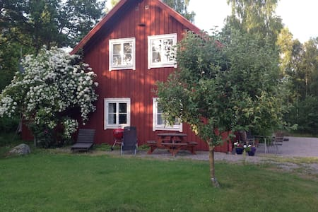 Stuga vid sjö och naturreservat - Blockhütte