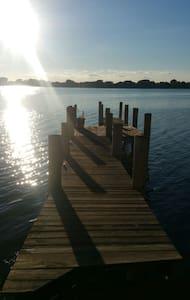 Lakefront Retreat - Hus