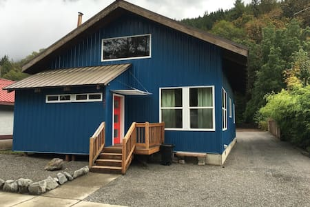 Skykomish newly remodeled modern cabin - House