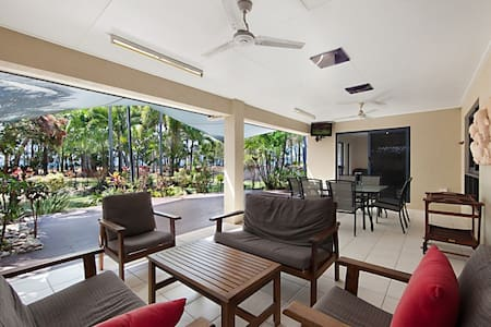 Bright & happy home on beachfront! - Balgal Beach - Hus