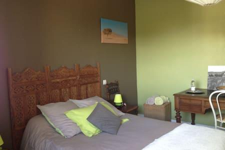 chambre dans maison avec piscine 25kms de Bordeaux - Haus