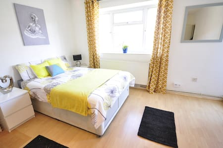 LOVELY ROOM IN STEPNEY GREEN-CAM-2