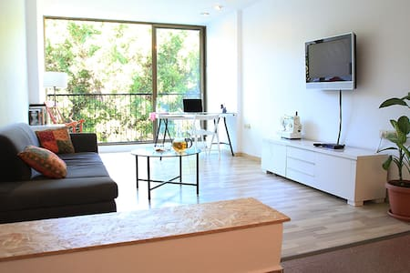 Right in the heart of Tel Aviv - a lovely renovated apartment, fully equipped for a great city experience.  10 minutes walk from the beach and TLV port.  minutes away from Tel aviv's museums and art galleries ,'Hyarkon-River' park, cafes and restaurants and all the city's entertainment!