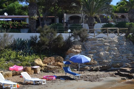 Holiday apartments located 20 metres from the sea with private access to the beach, 5km from Sciacca, 60km from the Valley of the Temples in Agrigento, 40km from the Turkish Steps rock formation (Scala dei Turchi) 35km from Selinunte.