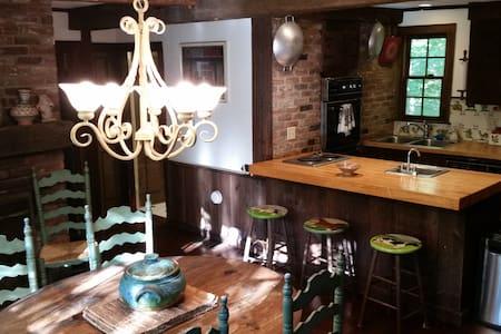 Beautifully Nestled Berkshires Home - Hus