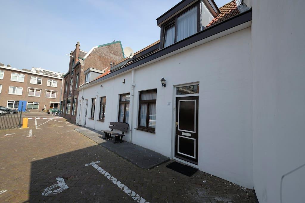 De voorzijde van de authentieke Scheveningse huisjes