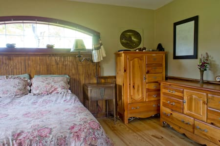 Mr Ed's Cabin - 27 acres & hot tub - Chalet