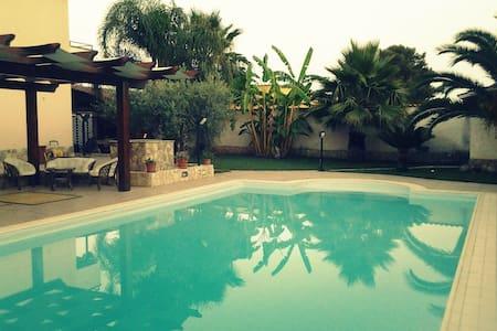Casa vacanza in villa con piscina! - Triscina - House