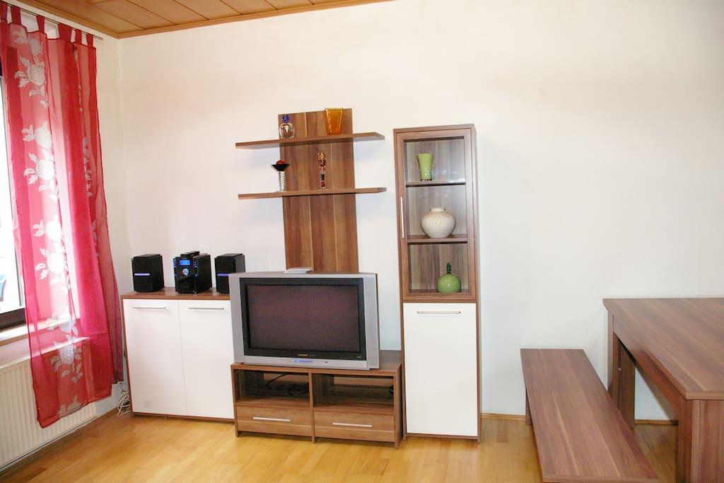 Schrankwand mit Fernseher, Stereoanlage und DVD-Player