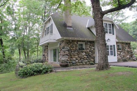 Charming Home w/ Lake Path Access - Ház