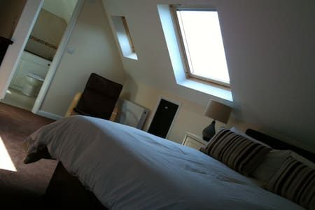 Large stylish apartment with garden - Winnersh - Apartament