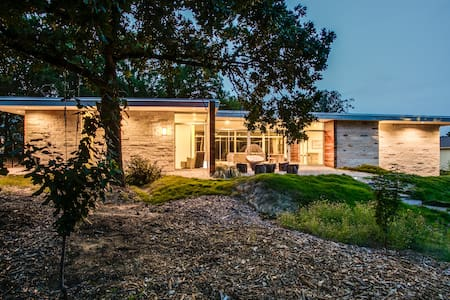 Flat Roof Modern Home on 1.5 acres - Keller