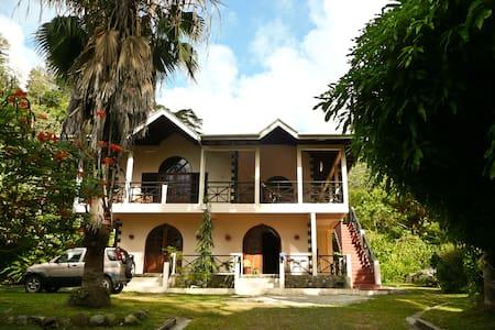 Charlottevilla, upstairs Apartment - Villa