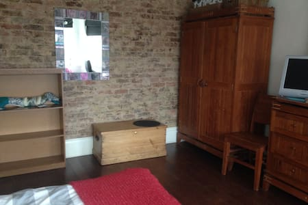 Bright Large Double Room - Apartment