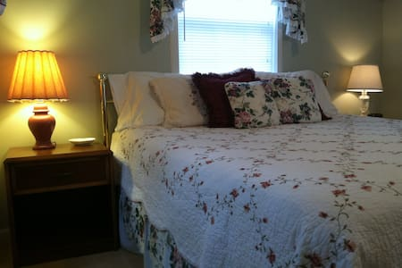 Romantic Cottage with Jetted Tub - Bed & Breakfast