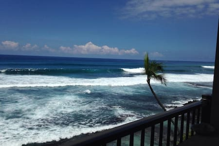 Top corner unit over looking the majestic sea and Kona's famous surf break Banyan's. Sit back and watch some of Kona's famous surfers doing what they love! Enjoy a cocktail watching one of the most brilliant sunsets in the world.